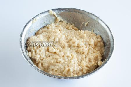 В последнюю очередь добавить масло и вымесить тесто.