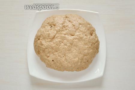 В этой же миске замешиваем тесто и сверху смазываем получившийся колобок оливковым маслом.
