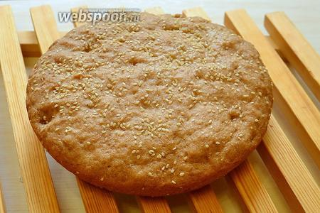 Выключаем мультиварку после сигнала об окончании выпечки и вынимаем готовый хлеб. Оставляем на деревянной решётке минут на 30 для остывания.