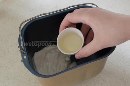 В чашу хлебопечки положите йогурт, добавьте оливковое масло.
