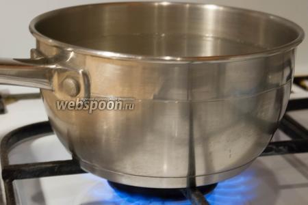 Теперь приступим к приготовлению маринада. Нам понадобится на трёхлитровую банку 2 литра воды. В кастрюлю, в кипящую воду, добавить соль и сахар. Хорошо размешать.