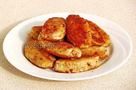 Обжарить колбаски на масле со всех сторон до подрумянивания.