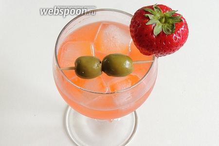 Сервируем с украшениями из маслин и клубники, можно с дольками апельсина или лимона.