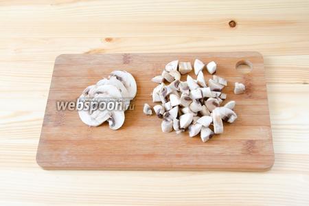 Шампиньоны чистим и режем: большую часть грибов небольшими кубиками, а 2 шампиньона тонкими полосками для украшения.