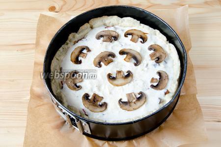Выливаем сметанную заливку и украшаем оставшимися грибами. Отправляем пирог с начинкой ещё на 30-35 минут.