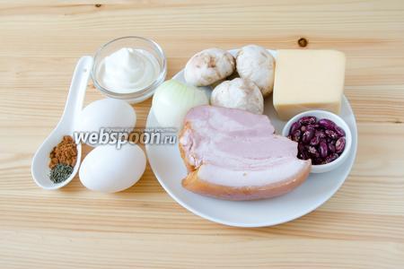 Для начинки нам понадобится копчёная грудинка, красная фасоль, твёрдый сыр, яйца, сметана, тимьян, паприка, мускатный орех и шампиньоны.