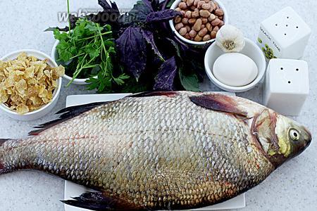 Возьмите такие ингредиенты: лещ, базилик фиолетовый, петрушку свежую, арахис, кукурузные хлопья, куриное яйцо, соль, перец молотый, чеснок, подсолнечное масло.
