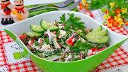 Фото рецепта Салат с морской капустой, крабовыми палочками и зелёным горошком