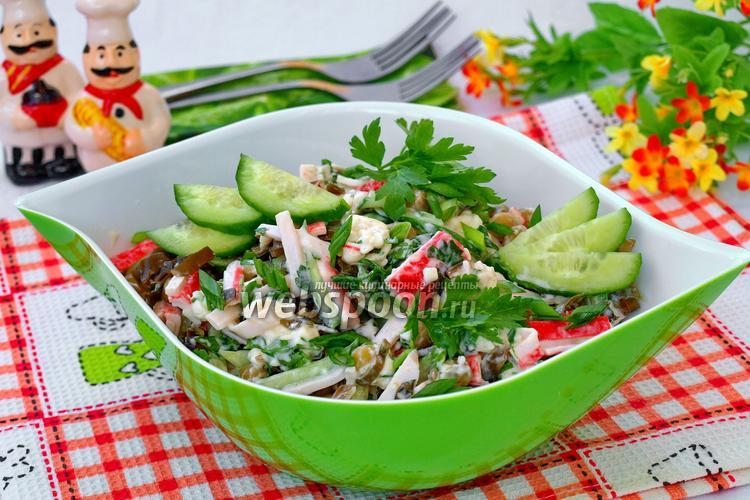Фото Салат с морской капустой, крабовыми палочками и зелёным горошком