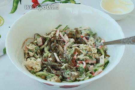 Перемешать все ингредиенты, попробовать салат на вкус и если нужно, добавить соль. Вкусный и быстрый салат готов! Приятного аппетита!