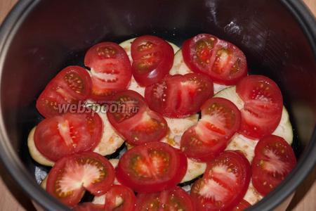 Следующий слой — порезанные кружочками помидоры (тоже 1/2 часть). Посыпать щепоткой соли.