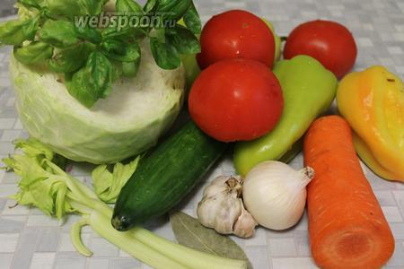 Для маринада взять капусту, огурцы, помидоры, перец, морковь, сельдерей, лук, чеснок, базилик, петрушку, пряности, уксус (70%), сахар, соль, воду.
