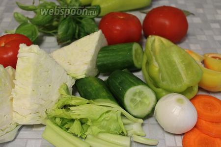 Все овощи промыть, очистить, обсушить и крупно нарезать. Морковь — тонкими дольками, её при желании можно даже слегка пробланшировать. Помидоры проткнуть у плодоножки зубочисткой.