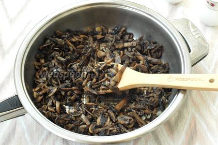 На подсолнечном масле обжарить лук до прозрачности, затем добавить шампиньоны и жарить до лёгкой румяности. В конце обжаривания посолить и поперчить.