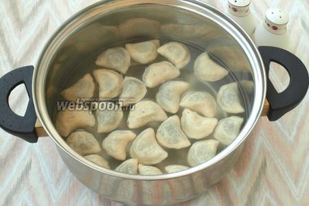 В большой кастрюле закипятить воду, добавить соль. Партиями опускать пельмени в воду и варить с момента всплытия 3-4 минуты. Также такие пельмени можно сварить в бульоне и вместе с ним их и подавать.