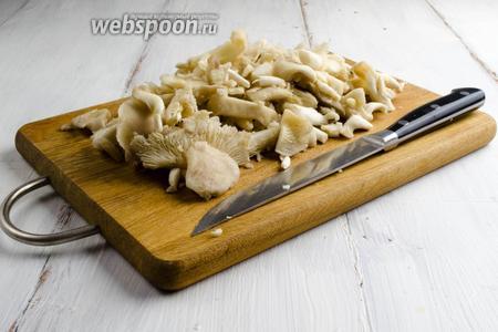 Грибы быстро вымыть. Просушить на салфетке. Нарезать произвольно, отделив жёсткую ножку гриба.