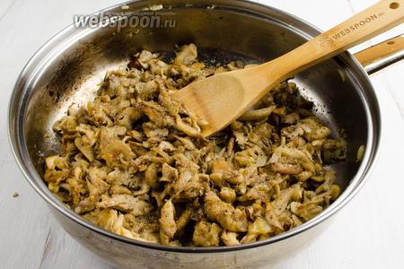 Влага из грибов должна испариться. Добавить немного масла, 1/2 кориандра, соль. Жарить до румяности на сильном огне, помешивая.