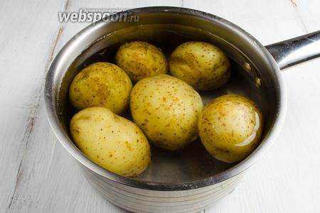 Кастрюлю с готовым картофелем снять. Горячую воду слить. Залить холодной водой, подержать несколько секунд.