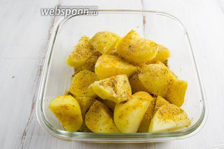Дольки картофеля засыпать остатками кориандра и карри. Оставить на 5 минут.