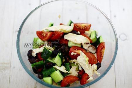 Салат с чёрной фасолью и помидором готов. Приятного аппетита!
