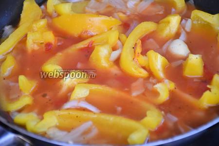 В горячей воде или бульоне развести томатный концентрат и влить в сковороду. Посолить и поперчить по вкусу, и готовить 5 минут.