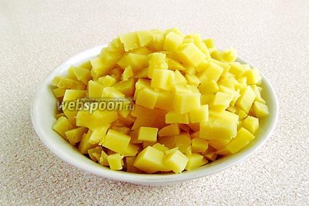 Картофель вымыть, отварить в «мундире» до мягкости, очистить, остудить и нарезать мелкими кубиками.