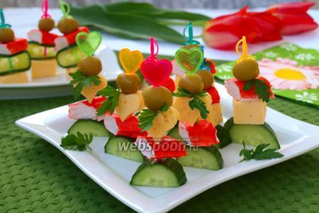 Канапе с крабовыми палочками, сыром и оливками