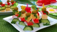 Фото рецепта Канапе с крабовыми палочками, сыром и оливками