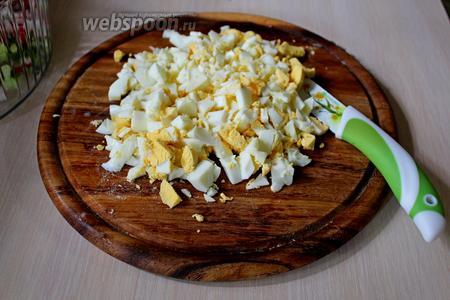 Отварные яйца мелко порубить (отложить 1 яйцо для украшения).