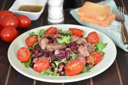 Салат с куриной печенью и красной фасолью