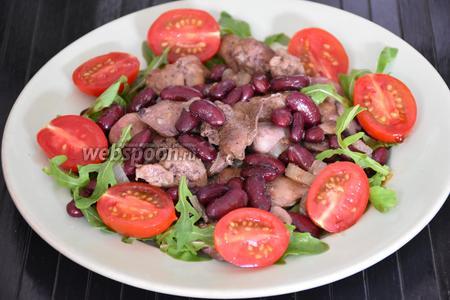 Сверху выложить помидоры черри и сбрызнуть бальзамическим уксусом. Подавать сразу же! Приятного аппетита!:))