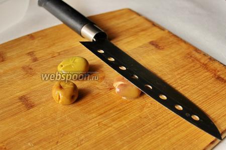 Оливки берём и раздавливаем ножом. Можно использовать кухонный молоток.