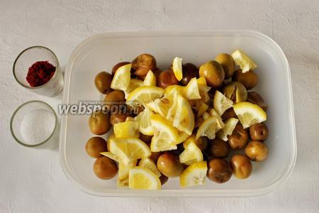 Лимон добавляем к оливкам.