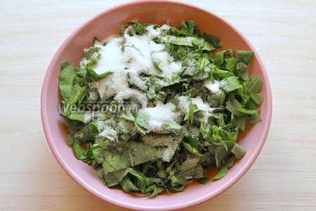 Берём листья щавеля, половину от общей массы. Режем мелко и присыпаем сахаром — 80 г. Перемешиваем аккуратно ложкой.