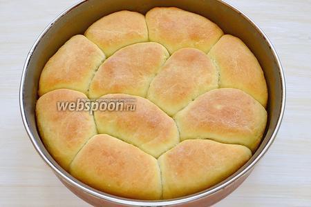 Ставим в разогретую до 180°С духовку на 30 минут. Пока пирожки выпекаются, подготавливаем аналогично 2 порцию пирожков. Вынимаем готовые пирожки из духовки и оставляем в форме на 5 минут.