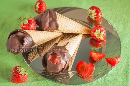 Клубничное мороженое в шоколаде