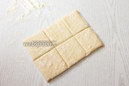 Тесто разрезаем на квадраты, каждую часть на 6 или 9 квадратов.