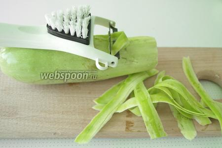 Кабачок помыть и очистить от кожуры, можно воспользоваться овощерезкой или ножом.