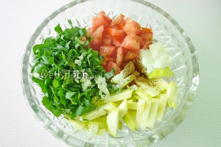 Все овощи и зелень поместить в глубокую посуду, чтобы было удобно перемешивать. Добавить кефир, посолить и поперчить по вкусу. Всё аккуратно перемешать, чтобы не подавить овощи.