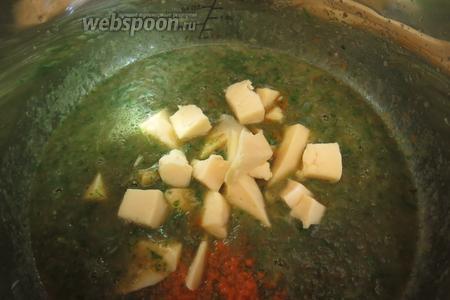 Бросаем кусочками сыр (200-250 г), размешиваем, провариваем.