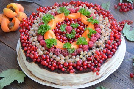 Бисквитный торт с ягодами и шоколадом