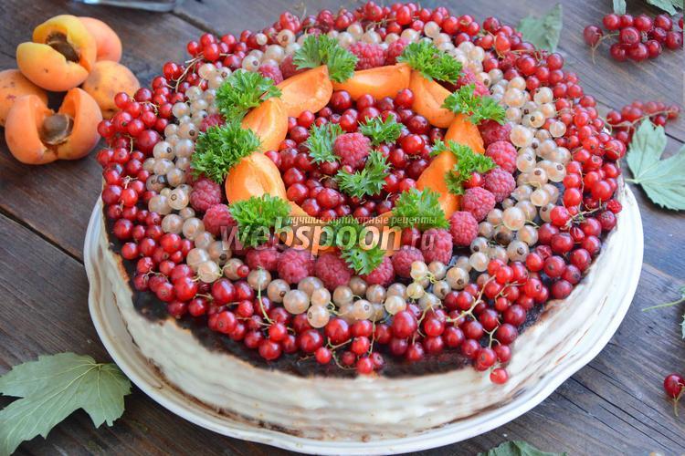 Фото Бисквитный торт с ягодами и шоколадом