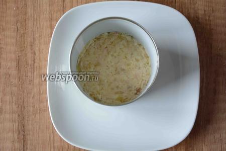 В центр тарелки ставим формовое кольцо, первым слоем выкладываем картофель.