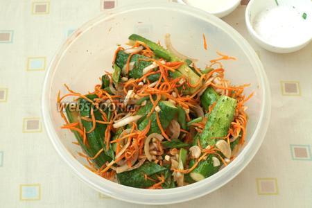 Сложить огурцы в контейнер с крышкой, сверху выложить оставшуюся овощную смесь. Накрыть крышкой и убрать в холодильник на несколько часов, лучше на сутки. Приятного аппетита!