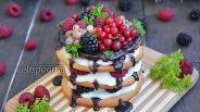 Фото рецепта Песочное пирожное с ягодами и кремом