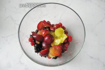 Алычу помыть, удалить косточку и добавить к ягодам. У меня в основном красная алыча и совсем немного жёлтой.