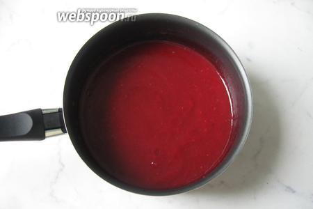 Поставить кастрюлю с соусом на плиту. Постоянно помешивая, довести до загустения.