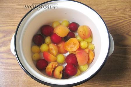 Залить фрукты водой.