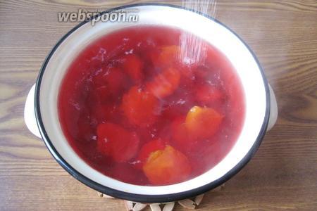 Варить алычу и абрикосы 15-20 минут с момента закипания. Когда они начнут развариваться, добавить сахар по вкусу, размешать и выключить.