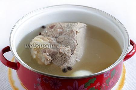 Бульон лучше всего крепко посолить перед варкой, тогда мясо получится нужной степени посола. Можно варить и вообще без соли, а потом посолить уже отваренный кусок.